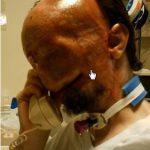 Este homem acorda após 3 meses. Quando ele toca seu rosto, ele toma um susto!